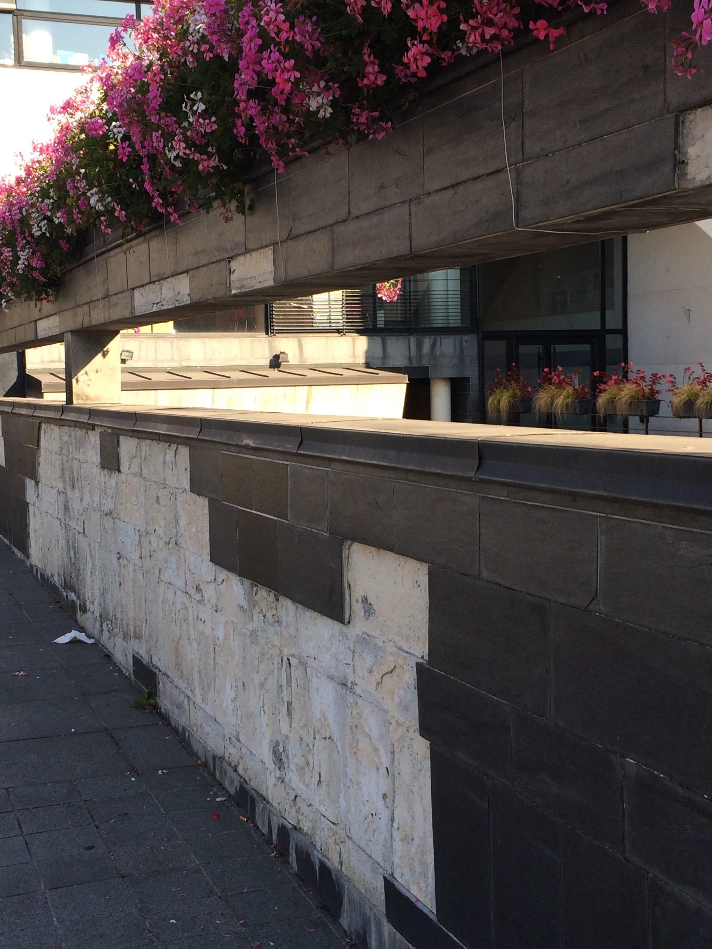 Le côté de notre mairie totalement dégradée